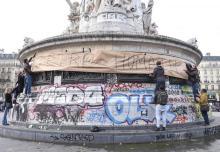 """""""J'être humain"""" on statue in Paris"""